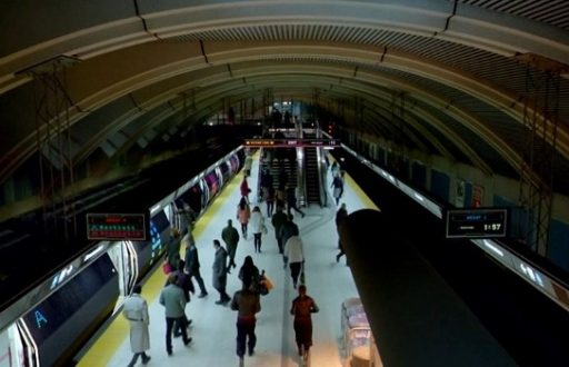 photo of commuters using toronto trains
