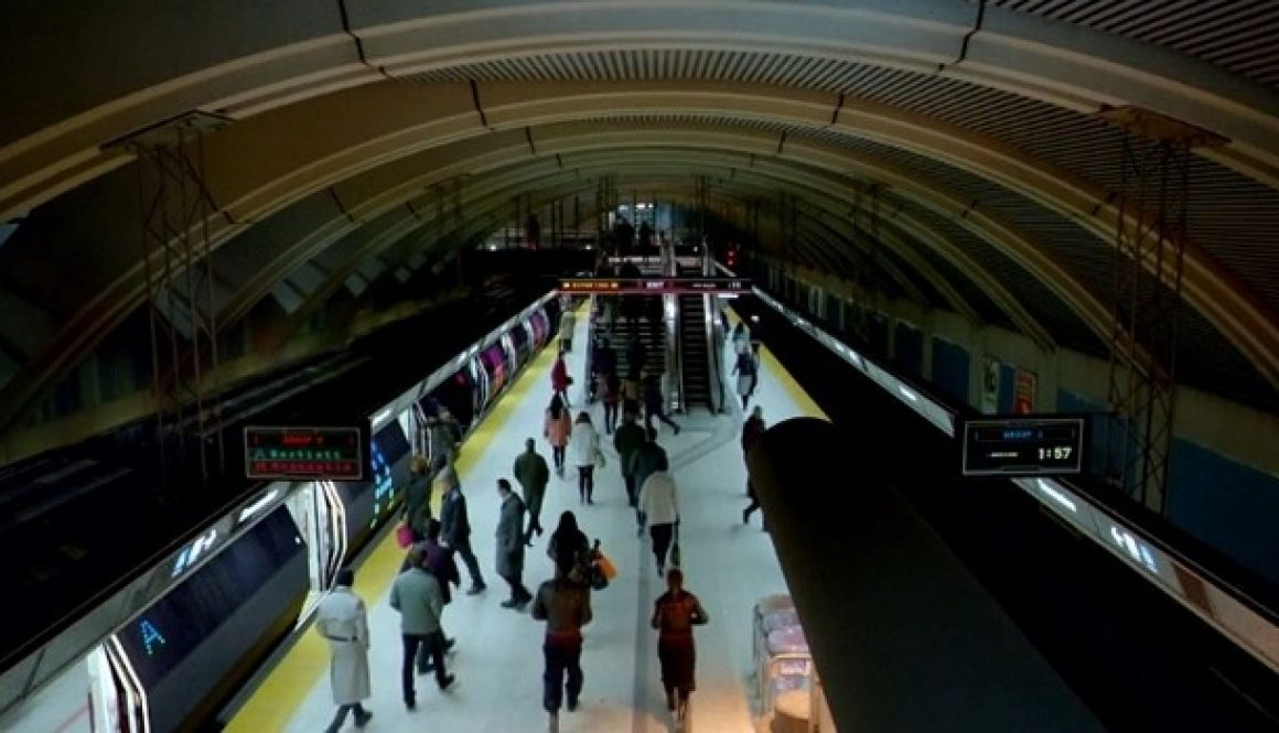 photo of commuters using toronto trains